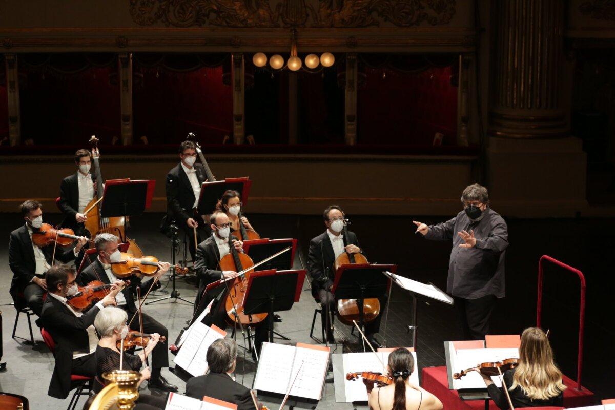 Zenészek maszkban - forrás: Teatro alla Scala
