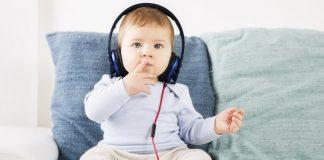 kisbaba zenehallgatás