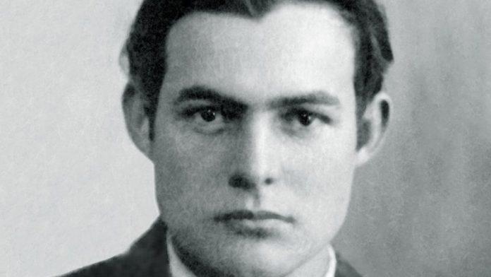 Ernest Hemingway 1923-as útlevélfotóján