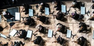 Philharmonie de Paris színpadán Simon Rattle vezényel - forrás: philharmoniedeparis.fr