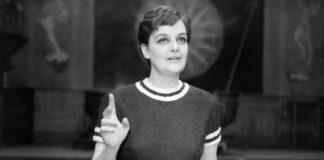 A Magyar Rádió 6-os stúdiója, Tolnay Klári színművésznő a Fel a fejjel című politikai kabaréban (1962) - forrás: Fortepan, adományozó: Szalay Zoltán
