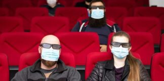 A maszkviselés és a távolságtartás előírás minden kulturális rendezvényen, intézményben - forrás: filmstories.co.uk.