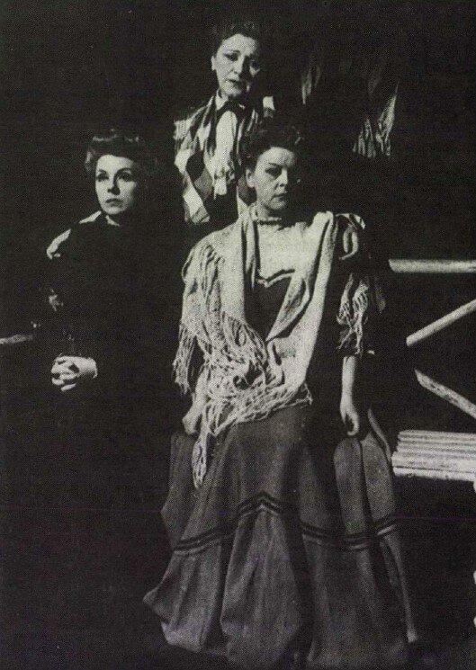 Három nővér, Vígszínház, 1947. Mezei Mária, Gombaszögi Frida, Dajka Margit / Színház/ 1990. 5. 4. / Arcanum