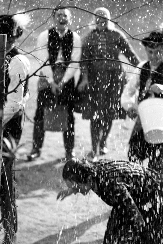 Húsvéti locsolkodás, Acsa, 1971, Várfok Galéria fotó: Korniss Péter