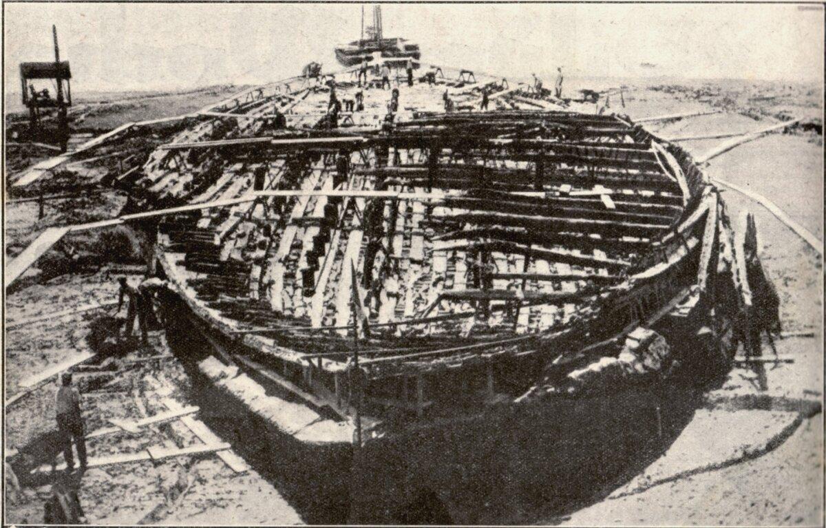 Az egyik kiemelt hajótest 1929-ben - forrás: wikipedia