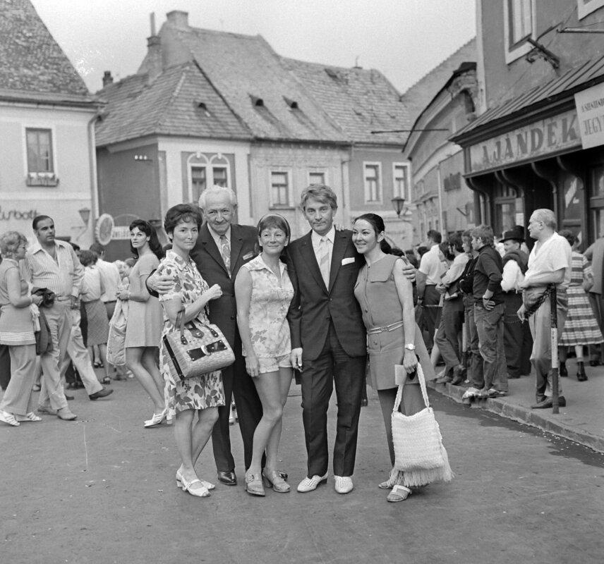 A Békés testvérek: balra Békés Rita színművésznő, középen Békés Itala színművésznő, világos cipőben Békés András operarendező 1971-ben - forrás: Fortepan/Kotnyek Antal