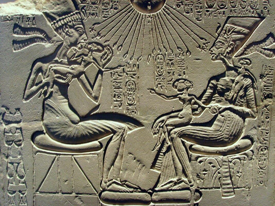 Ehnaton, Nofertiti és három legidősebb lányuk - forrás: wikipedia