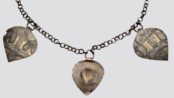 A kunszentmártoni lánc és szív alakú csüngő rekonstrukciója, kiegészítve a tiszavasvári tárgyakkal - részlet - Forrás: MNM