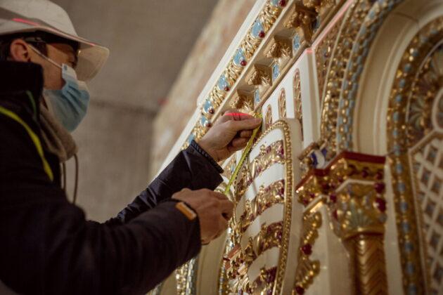 Az ország legnagyobb Zsolnay-kandallóját építik a Budavári Palota Szent István-termében - forrás: MTI/Várkapitányság