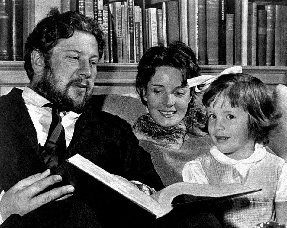 Ustinov és második felesége, Suzanne Cloutier és kislányuk 1950-ben - forrás: wikipedia