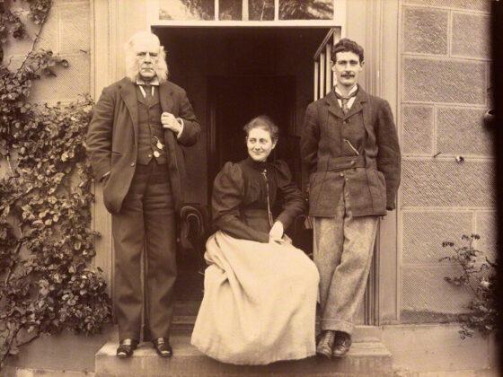 Rupert Potter, az írónő édesapja, Beatrix Potter (Mrs Heelis) középen; (Walter) Bertram Potter, az írónő testvére 1894 - wikipedia