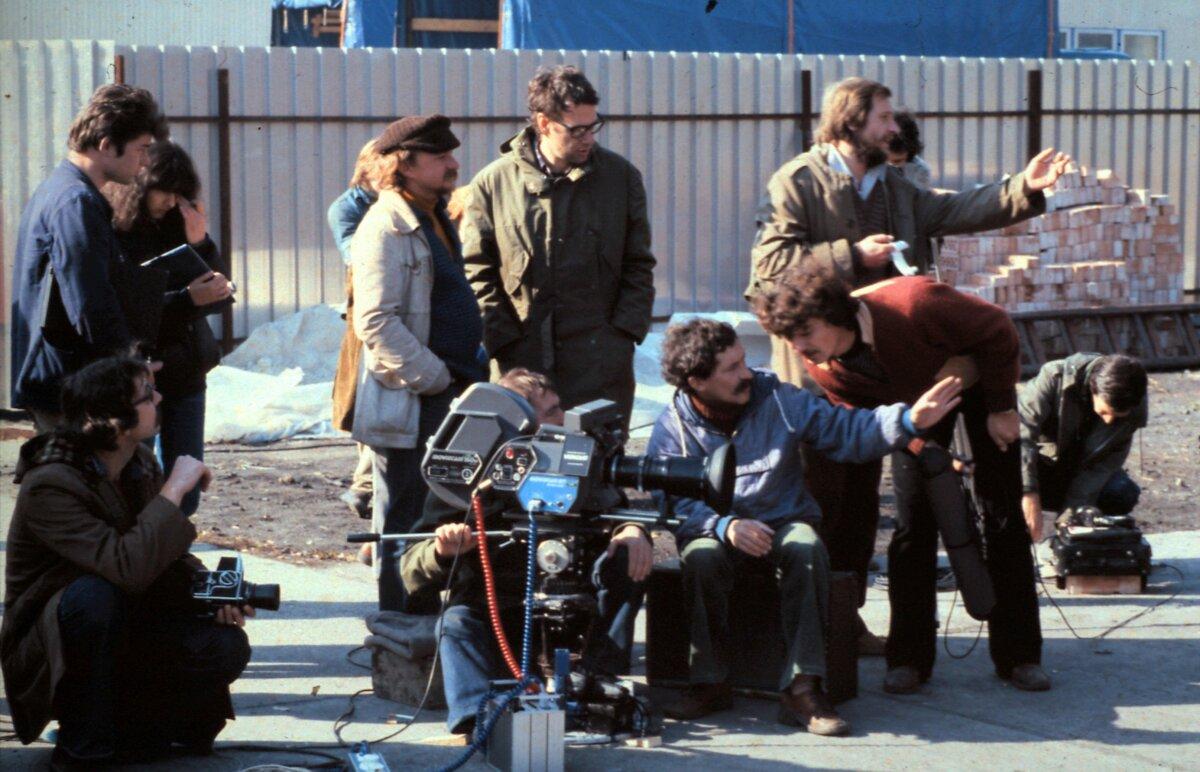 A felvétel a Kopaszkutya című film forgatásakor készült. Szemben, középen, szemüveggel Szomjas György rendező. - 1981 - ofrrás: Fortepan/Urbán Tamás