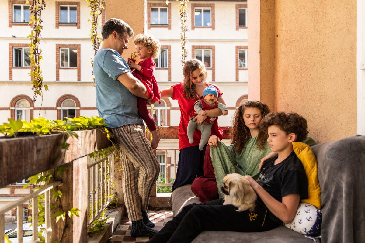 Kelemen Barnabás, Gáspár (13), Kokas Katalin, Zsigmond (2 hónap), Olga (4) és Hanna (17) - fotó: Ora Hasenfratz