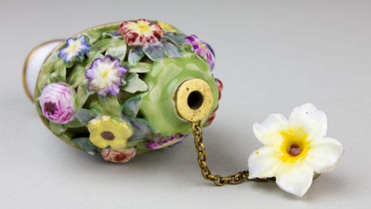 Virágtartó alakú illatszeres üveg (Steinschönau, 19. század második fele)
