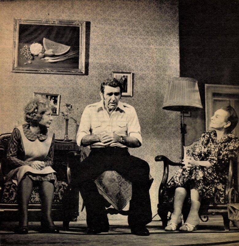 Bánki Zsuzsa, Bárdy György és Sulyok Mária Csurka István Eredeti helyszín című tragikomédiájában a Pesti Színházban (1976) / Forrás: Film Színház Muzsika Évkönyv, 1977.