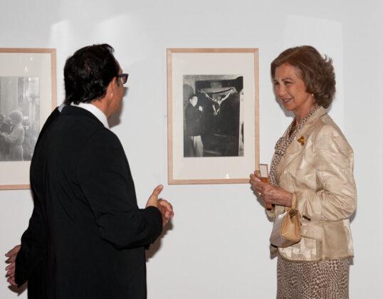 Sofía királyné és Fernando Olmeda, a 2012-es Gyenes kiállítás kurátora egy Salvador Dalí portrét szemlélve. - Forrás: Biblioteca Nacional de España