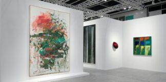 A Lévy Gorvy Gallery standja az Art Basel Hongkongon, baloldalt Mitchell festményével – forrás: Lévy Gorvy Gallery
