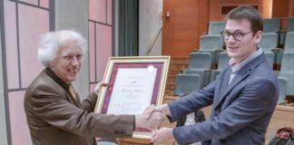 Képünkön Balogh Máté az egyesület díszoklevelét nyújtja át Hollós Máténak