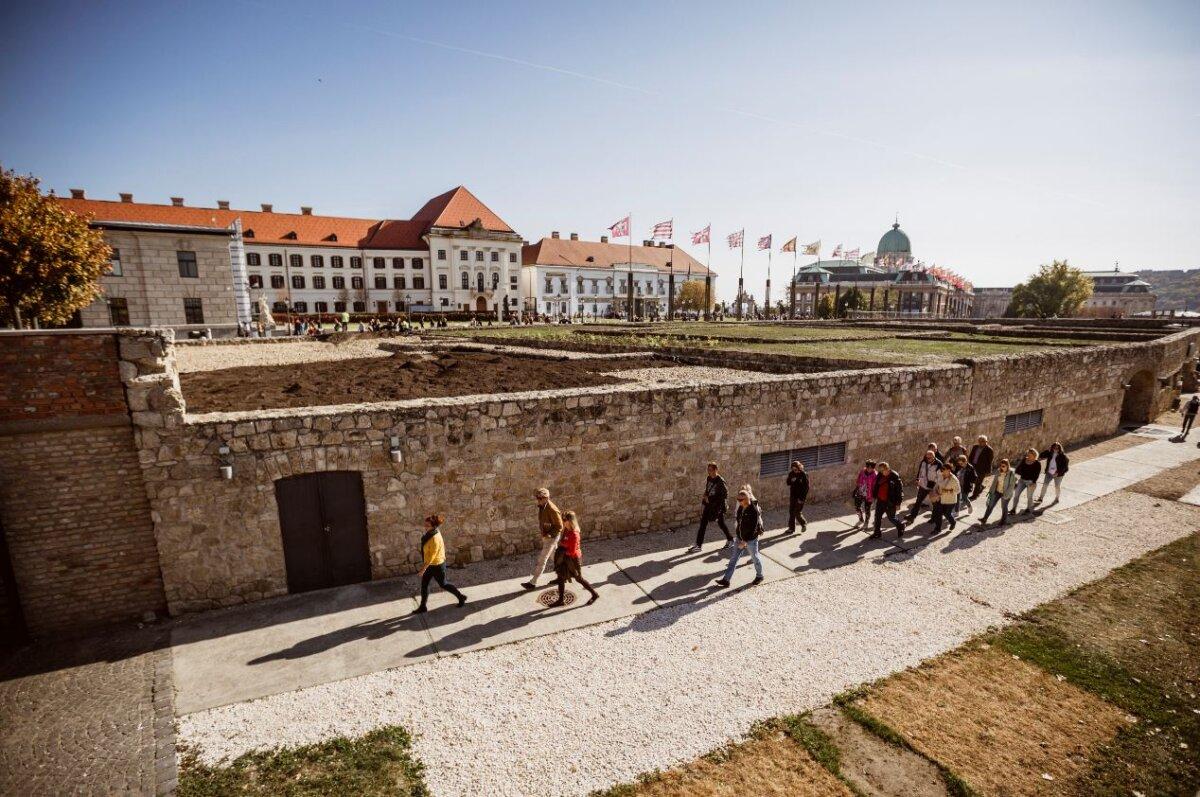 Turistacsoport a Mikve bejáratánál - forrás: Várkapitányság