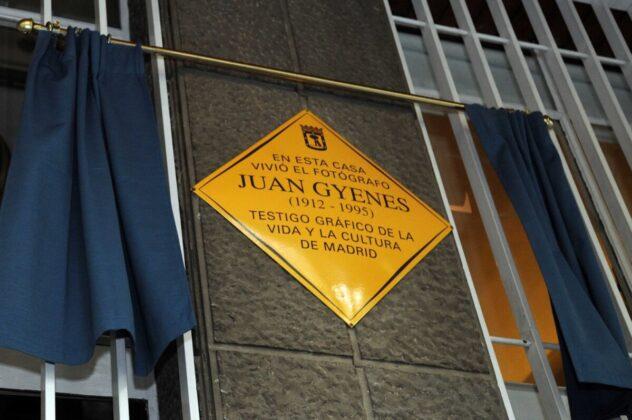 Juan Gyenes emléktáblája Madridban, a calle Juan Ramón Jiménez 21. szám alatt. - Forrás: www.madrid.es