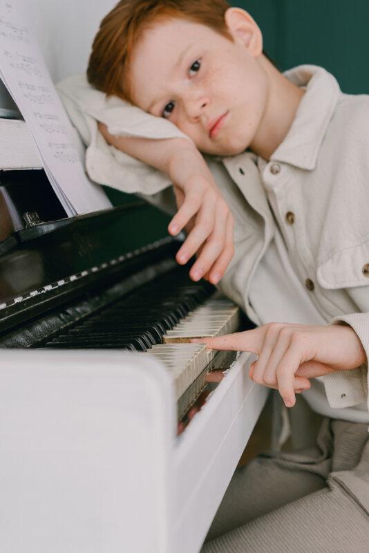 kisfiú a zongoránál forrás: Pexels