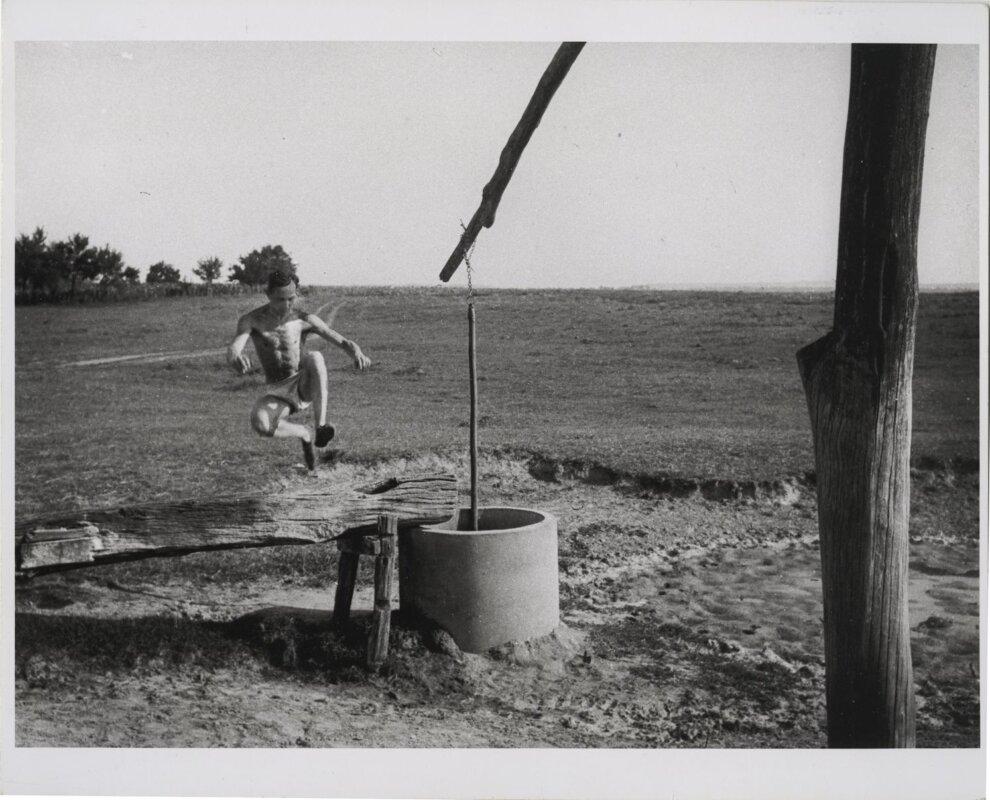 André Kertész átugorja az itatóvályút - Szigetbecse