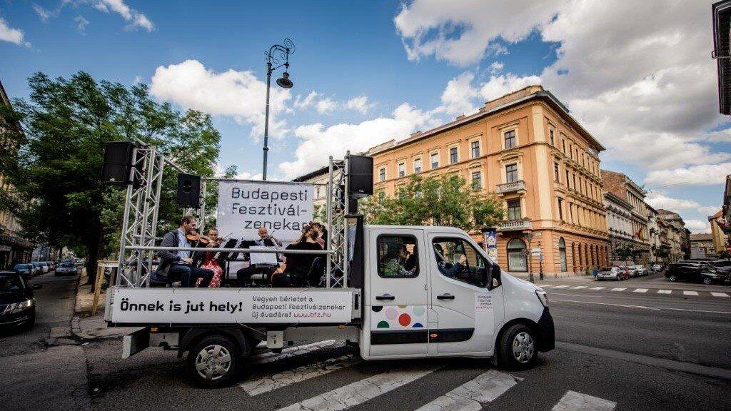 Ismét teherautóval járják Budapest utcáit a BFZ művészei