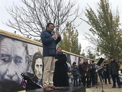 A Rober Capa tiszteletére alkotott falfestmény avatása 2018-ban - forrás: europapress.es