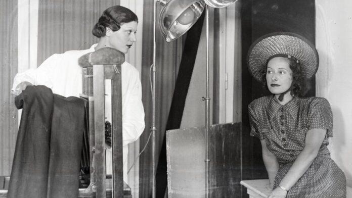 Rezsny Hedvig fényképész műtermében Márkus Margit színésznő portrét készít Muráti Liliről. 1938 - Forrás:Fortepan/Bojár Sándor