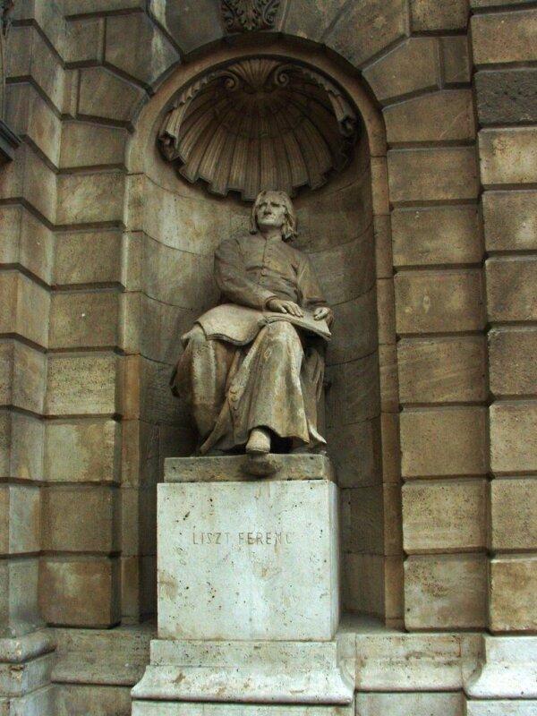 Liszt Ferenc szobra az Operaház bejáratánál - forrás: wikipedia