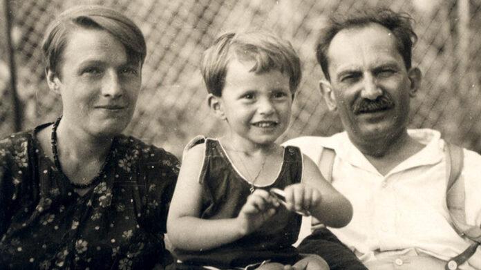 TÖRÖK SOPHIE, BABITS ILDIKÓ ÉS BABITS MIHÁLY ESZTERGOMI HÁZUK KERTJÉBEN (Esztergom, 1930. július 6.), fotó: Tanner Béla – Országos Széchényi Könyvtár/ Kézirattár: Fond III/2289/111