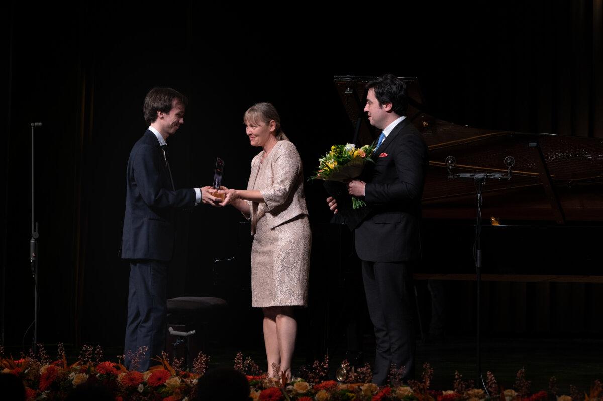 Balogh Ádám zongoraművész Tehetségdíjat vesz át (fotó: Berta Hajnalka)