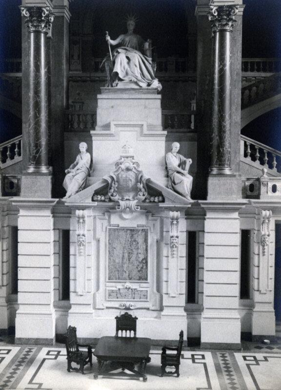 1935-ben a Kossuth Lajos tér, az Igazságügyi Palota (ekkor Magyar Királyi Kúria és Ítélőtábla) aulája. Justitia szobra Strobl Alajos alkotása (1896) - forrás: Fortepan / Olbert Mariann