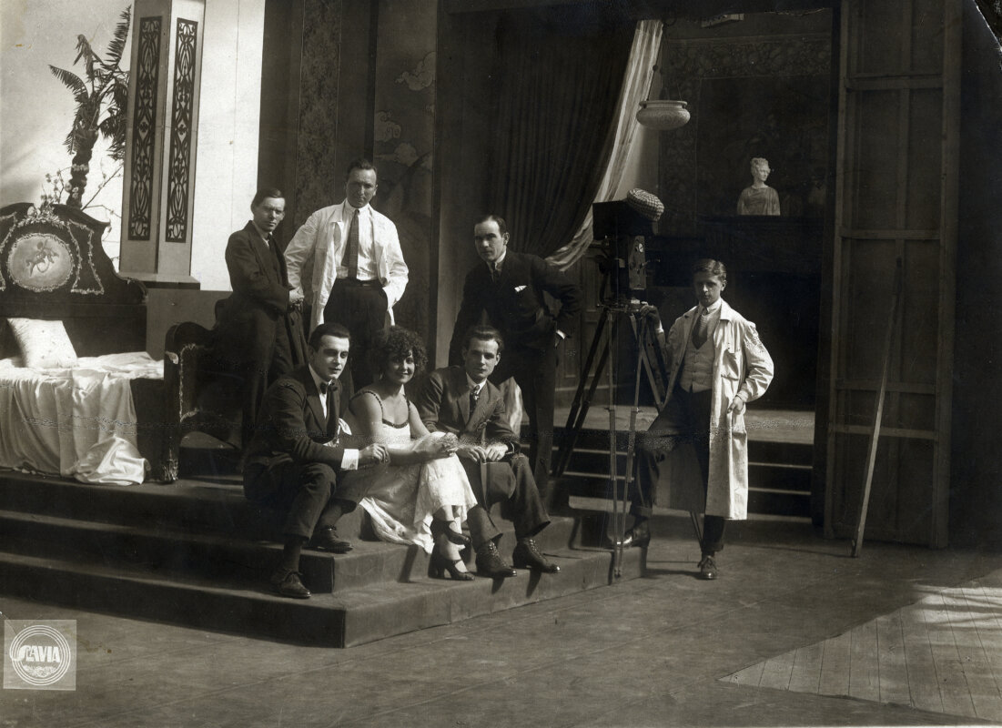 Kép Kertész Mihály (Michael Curtiz) fotóalbumából. A negyven fotót tartalmazó albumot 2019-ben a rendező unokahúga, a Kaliforniában élő Linda Goldfarb ajándékozta a Filmarchívumnak. A felvétel valószínűleg Bécsben készült 1919–1920 körül. Állnak: Siklósi Iván, Kertész Mihály, Fodor Oszkár, a kamera mellett: Vass Károly, ülnek: Petrovics Szvetiszláv, Kovács Ilonka/Lucy Doraine, Várkonyi Mihály ©NFI