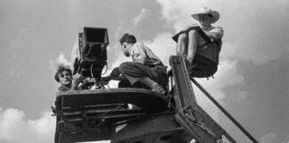 Szécsényi Ferenc operatőr (bal szélen) és Fábri Zoltán rendező (jobb szélen) a Hannibál tanár úr című film forgatásán, 1956 ©Inkey Tibor/NFI