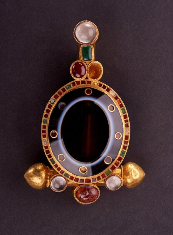 A valóban császári pompát tükröző, tökéletes ónixköves ruhakapcsoló tű - forrás: MNM