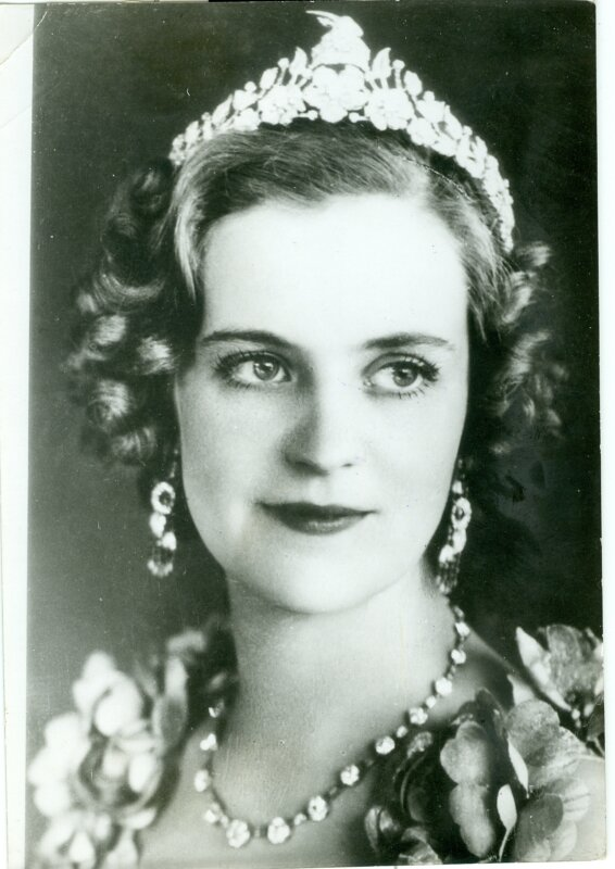 Geraldine albán királyné platina és gyémánt tiarájával, amelyet a később világhírűvé vált ékszertervező, Marianne Ostier tervezett és a bécsi Oesterreicher cég készített. A diadém tetején az albán függetlenség jelképének, Szkander bég sisakjának másolata található. A grófnő – már Albánia hercegnőjeként – minden valószínűség szerint az 1938. április 25-i udvari bálon viselte a pompás ékszert első alkalommal. Ismeretlen fotográfus felvétele, Tirana, 1938. - Magyar Nemzeti Múzeum Történeti Fényképtár