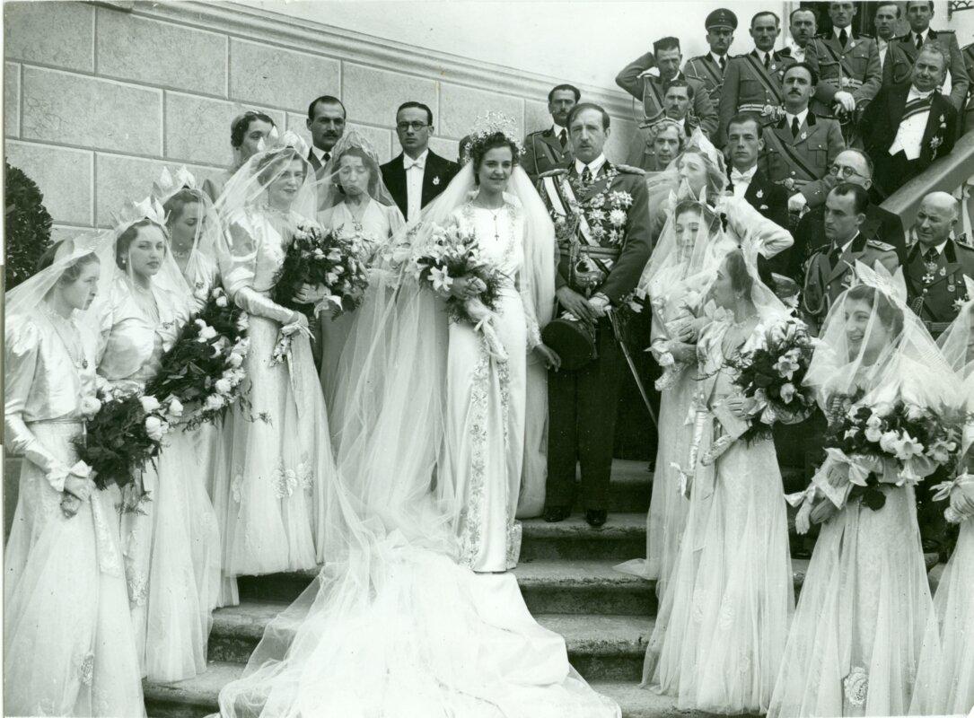 Esküvői csoportkép a szertartást követően: Zogu király, jobbján Geraldine királyné. A királyné mögött Abid herceg, a király egyik tanúja, valamint Inkey Péter, a menyasszony unokatestvére. A királyné oldalán a koszorúslányok, köztük az albán király nővérei és magyar arisztokrata leányok. Ismeretlen fotográfus felvétele, Tirana, 1938. április 27. - Magyar Nemzeti Múzeum Történeti Fényképtár