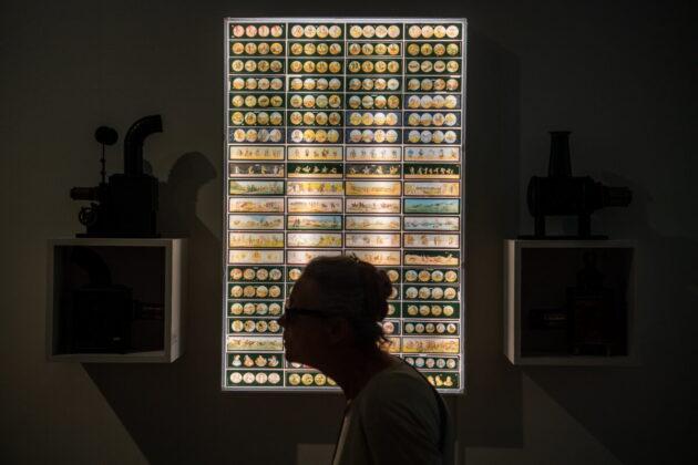 Érdeklõdõk a Nagylátószög - 120 éves a magyar film címû idõszaki kiállításon a Ludwig Múzeum - Kortárs Mûvészeti Múzeumban 2021. július 28-án. A Nemzeti Filmintézet szakmai közremûködésével november 14-ig látható tárlat tizennégy termen keresztül mutatja be a magyar film 120 évét, amelynek kezdetét A táncz címû, 1901. április 30-án bemutatott alkotástól számítunk. - forrás: MTI/Balogh Zoltán