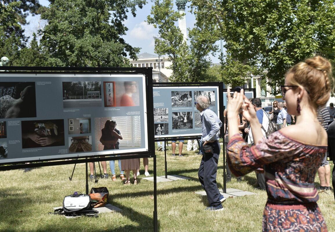 Érdeklődők a 39. Magyar Sajtófotó Pályázat díjnyertes fotóit bemutató szabadtéri kiállítás megnyitóján a Műcsarnok előtt 2021. július 15-én. MTI/MTI Fotószerkesztőség/Soós Lajos