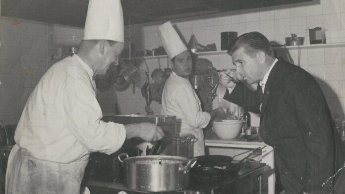 Puskás Öcsi látogatása egy magyar étterem konyhájában. 1960 - Forrás: Magyar Kereskedelmi és Vendéglátóipari Múzeum - Budapest (europeana.eu)
