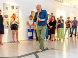 Bali János zenés tárlatvezetése a Családfák kiállításon – forrás: Várfok Galéria