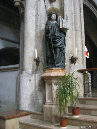 Erentrudis szobra a templomban, a főoltár előtt - fotó: Kocsis Katalin / Kataliszt