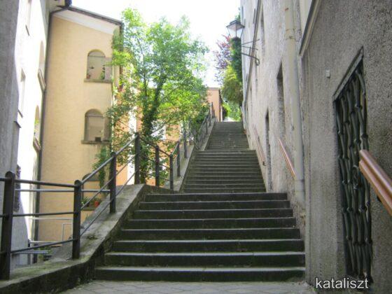 Fel a Nonnbergstiege lépcsőin - fotó: Kocsis Katalin / Kataliszt