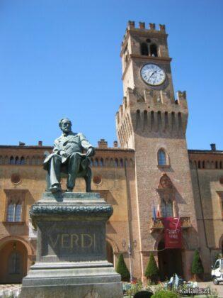 Verdi emlékműve a Rocca előtt – fotó: Kocsis Katalin / Kataliszt