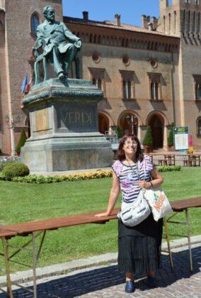 Verdi emlékműve és bloggerünk a Rocca előtt – fotó: Kocsis Katalin / Kataliszt