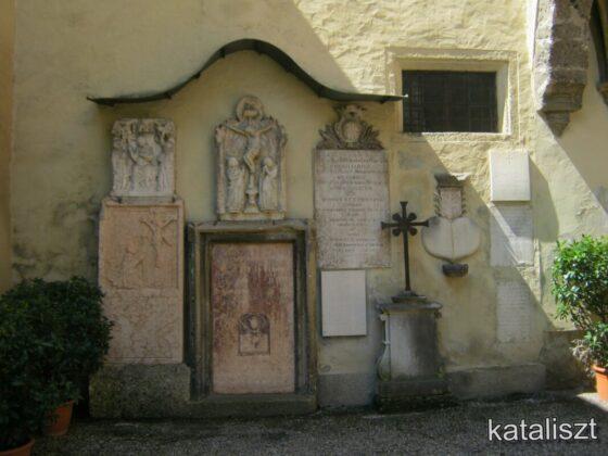 A temetőudvar - fotó: Kocsis Katalin / Kataliszt