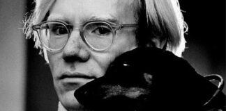 Andy Warhol és Archie, a tacskója - fotó: Jack Mitchell/wikipedia
