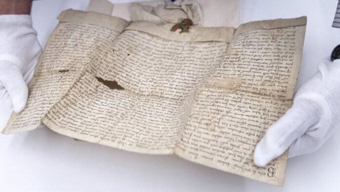 IV. Béla király 1256-ból származó oklevele a Batthyány család levéltári okleveleinek megvásárlásáról tartott sajtótájékoztatón a Magyar Nemzeti Levéltárban 2021. augusztus 2-án. A magyar állam 5,6 millió euróért megvásárolta a Batthyány család levéltári okleveleit, 520 dokumentumot. MTI/Szigetváry Zsolt
