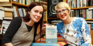 Segesdi Móni műfordító és Kätlin Kaldmaa az Izlandon nincsenek lepkék című könyv bemutatóján - fotó: Észt Intézet